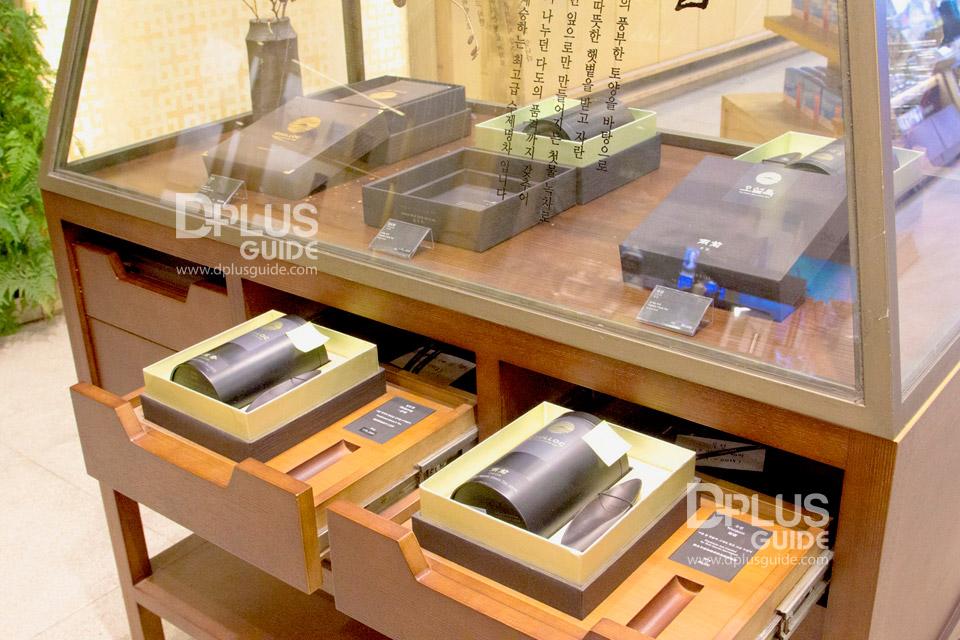 ภายในร้านมีจำหน่ายใบชา และอุปกรณ์ชงชา