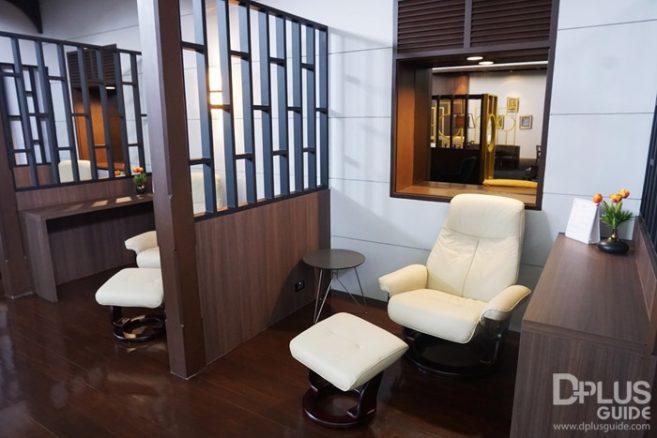 เก้าอี้เอน ใน MIRACLE LOUNGE มิราเคิล เลานจ์สาขาดอนเมือง มีฉากกั้นเป็นสัดส่วน