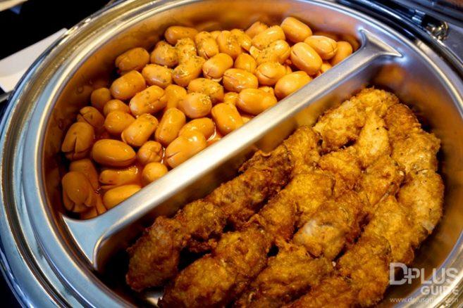 ไส้กรอกทอด และไก่ทอด อาหารที่มีบริการใน MIRACLE LOUNGE มิราเคิล เลานจ์