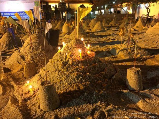 กิจกรรมก่อกองทรายตามประเพณีสงกรานต์ในบริเวณวัด ที่หลาดหน้าพระธาตุ