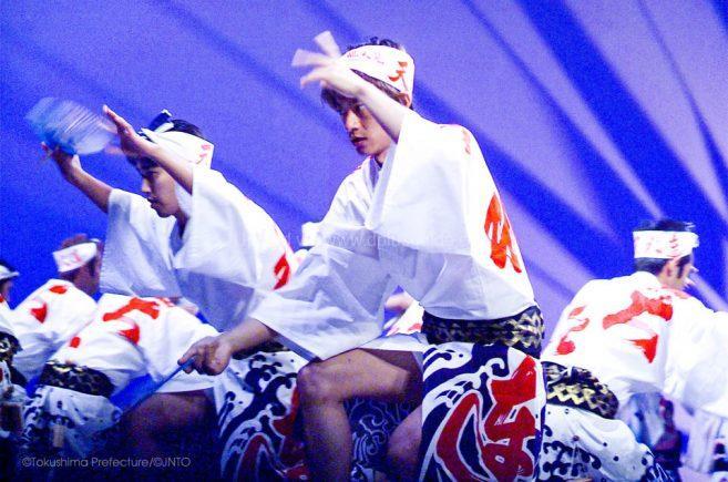 นักเต้นชายจะอยู่ในชุดฮัปปิพื้นเมือง