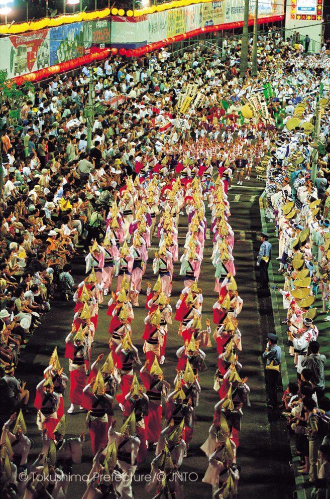 ขบวนเต้นรำจะตั้งขบวนที่ ถนนหลักทางทิศใต้ของสถานี JR Tokushima ค่ะ