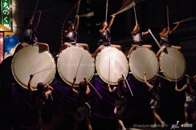 ลีลาการตีกลองอันเข้มแข็งของผู้หญิงในเทศกาล Hirosaki Neputa Festival ของเมืองฮิโรซากิค่ะ