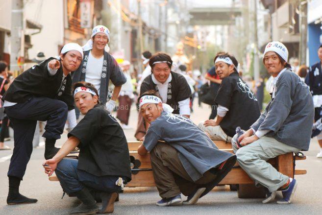 หนุ่มๆ อาสาสมัครแบเกี้ยวของเมือง ภาพ : ©osaka-info.jp
