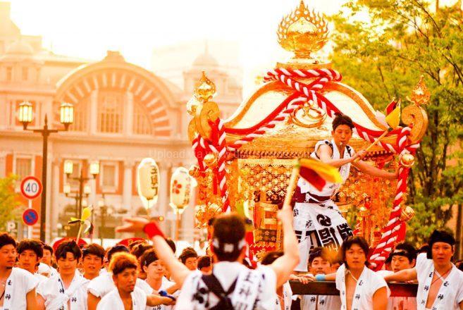 ขบวนแห่เกี้ยวศาลเจ้าของเทศกาล Tenjin ภาพ : ©osaka-info.jp