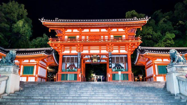 ณ หน้าศาลเจ้าายาซากะ ศาลเจ้าชื่อดังแห่งเกียวโต