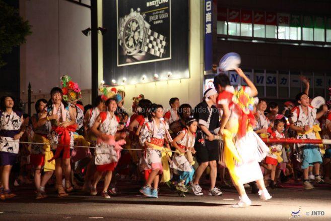 นักเต้นกำลังเต้นรำกันอย่างสนุกสนาน